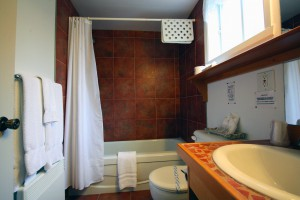 queen-bed-room-bathroom1
