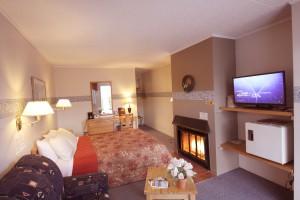queen-bed-room-fireplace1