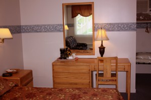 queen-bed-room-table1