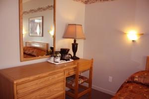 queen-bed-room-table2