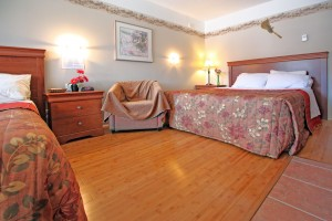 two beds room wood floor - Motel Le Jolibourg - Saint-Sauveur