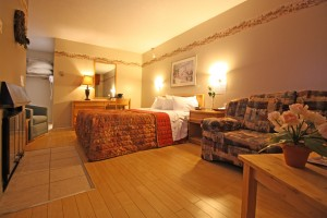 Chambre avec lit queen, plancher de bois