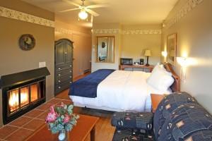 chambre205_lit_king_foyer_plancher de bois