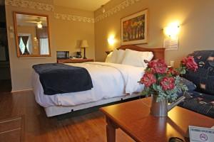 room205_king_bed_sofa